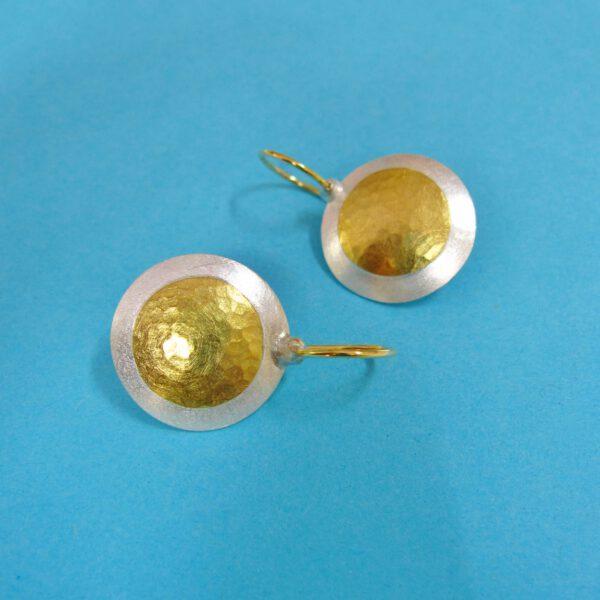 Runde Ohrhänger mit Goldpunkt 21 mm
